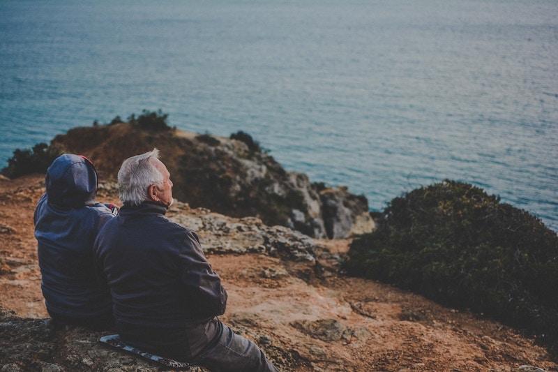 老夫婦が海岸を見ている